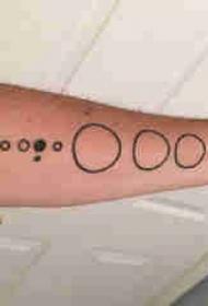 几何元素纹身 男生手臂上黑色的圆形纹身图片