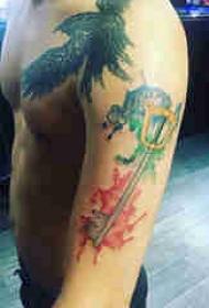 钥匙纹身图案 男生手臂上彩绘的钥匙纹身图片
