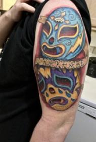 纹身面具 男生大臂上彩色的英文和面具纹身图片