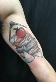 纹身书籍 男生大臂上苹果和书籍纹身图片
