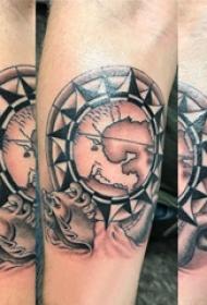 手臂纹身素材 男生手臂上黑色的地图纹身图片