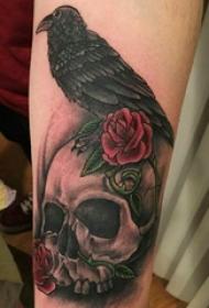 手臂纹身素材 男生手臂上小鸟和骷髅纹身图片