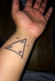 三角形纹身图 男生手腕上数字和三角形纹身图片