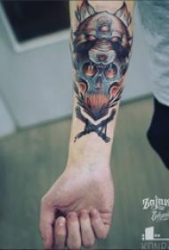 手臂纹身素材 男生手臂上狼头和骷髅纹身图片