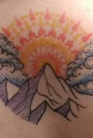 后背纹身男 男生后背上太阳和山脉纹身图片