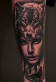 手臂纹身素材 女生手臂上狼头和人物纹身图片