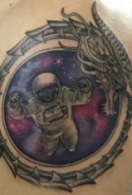 臀部纹身 男生臀部龙和宇航员纹身图片