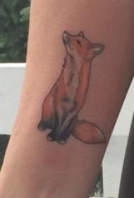 彩色狐狸纹身 女生手臂上彩色狐狸纹身图片