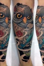 纹身猫头鹰 男生手臂上花朵和猫头鹰纹身图片