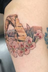 彩绘纹身 女生大腿上石头和花朵纹身图片
