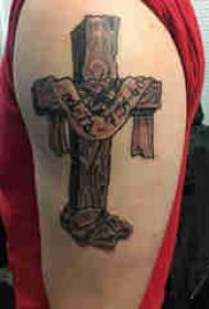 双大臂纹身 男生大臂上英文和十字架纹身图片