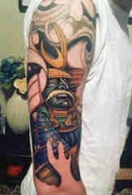 日本武士紋身 男生手臂上彩色的武士紋身圖片