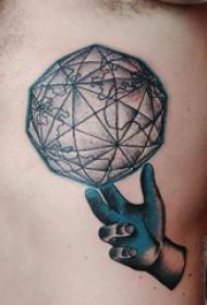 纹身侧腰男 男生侧腰上手部和地球纹身图片
