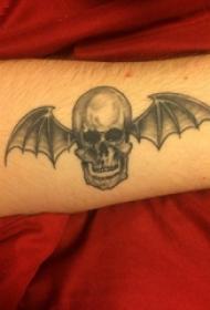 手臂纹身素材 男生手臂上翅膀和骷髅纹身图片