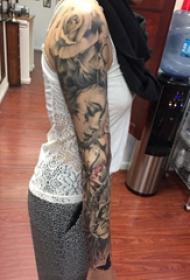 纹身手臂女生 女生手臂上黑灰的人物纹身图片