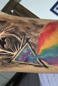 手臂纹身素材 男生手臂上三角形和彩虹纹身图片