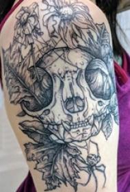 双大臂纹身 女生大臂上植物和骷髅纹身图片