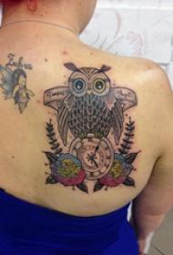 后肩纹身 女生后肩上花朵和猫头鹰纹身图片