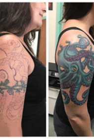 纹身覆盖 女生大臂上彩色的章鱼纹身图片