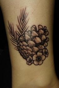 植物纹身 男生脚踝上黑色的松果纹身图片