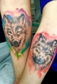 手臂纹身图片 情侣手臂上彩色的狼头纹身图片