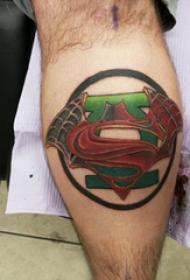 超人标志纹身 男生小腿上圆形和超人标志纹身图片
