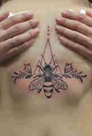 女生胸下纹身 女生胸部几何和蜜蜂纹身图片