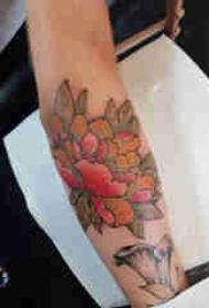 植物纹身 男生手臂上彩色的牡丹纹身图片