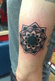 几何花纹身图案 男生手臂上黑色的梵花纹身图片
