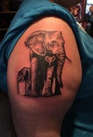 大臂纹身图 女生大臂上黑色的大象纹身图片
