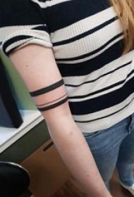 手臂纹身素材 女内行臂上黑色的臂环纹身图片