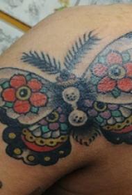 3d蝴蝶纹身 男生手臂上花朵和蝴蝶纹身图片