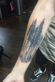 纹身风景 男生手臂上黑色的大树纹身图片