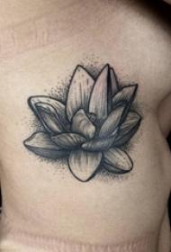 側腰梵文蓮花紋身 女生側腰上黑色的蓮花紋身圖片