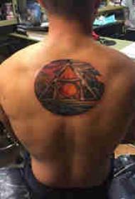 后背纹身男 男生后背上几何和风景纹身图片