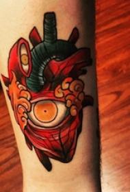 手臂纹身素材 男生手臂上眼睛和心脏纹身图片