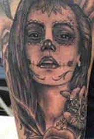 人物肖像纹身 男生手臂上玫瑰和人物肖像纹身图片