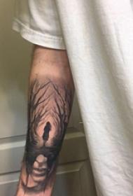 手臂纹身素材 男生手臂上人物和树枝纹身图片