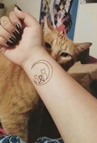 女生纹身手腕 女生手腕上月亮和猫咪纹身图片