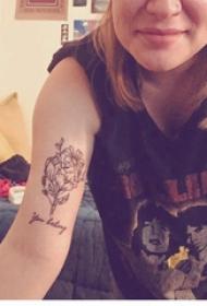 手臂纹身图片 女生手臂上英文和花朵纹身图片