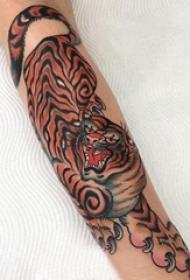 手臂纹身图片 男生手臂上彩色的老虎纹身图片