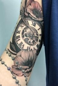 纹身黑色 男生手臂上花朵和时钟纹身图片