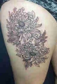 植物纹身 女生大腿上黑色的菊花纹身图片