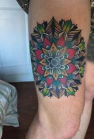 大腿纹身男 男生大腿上彩色的梵花纹身图片