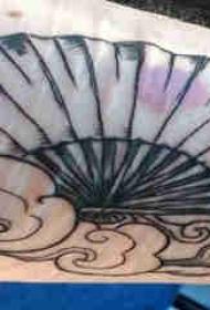 云朵纹身图片 女生手臂上云朵和扇子纹身图片