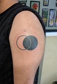 双大臂纹身 男生大臂上黑色的圆形纹身图片