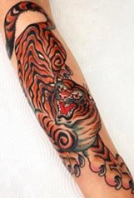 手臂纹身素材 女生手臂上彩色的老虎纹身图片