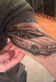 汽车纹身 男生大臂上黑色的汽车纹身图片