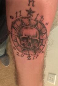 手臂纹身素材 男生手臂上指南针和骷髅纹身图片
