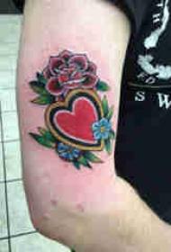 手臂纹身素材 男生手臂上花朵和心形纹身图片